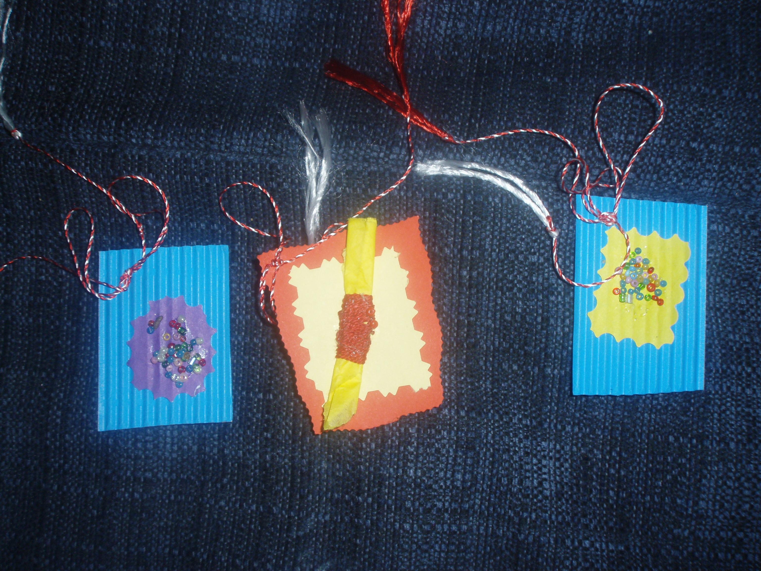Materiale necesare: coli de carton colorat (din orice librarie ...