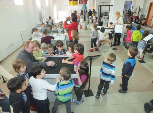 Casa Experimentelor: Proiect pentru copiii cu deficiente de auz si de vedere