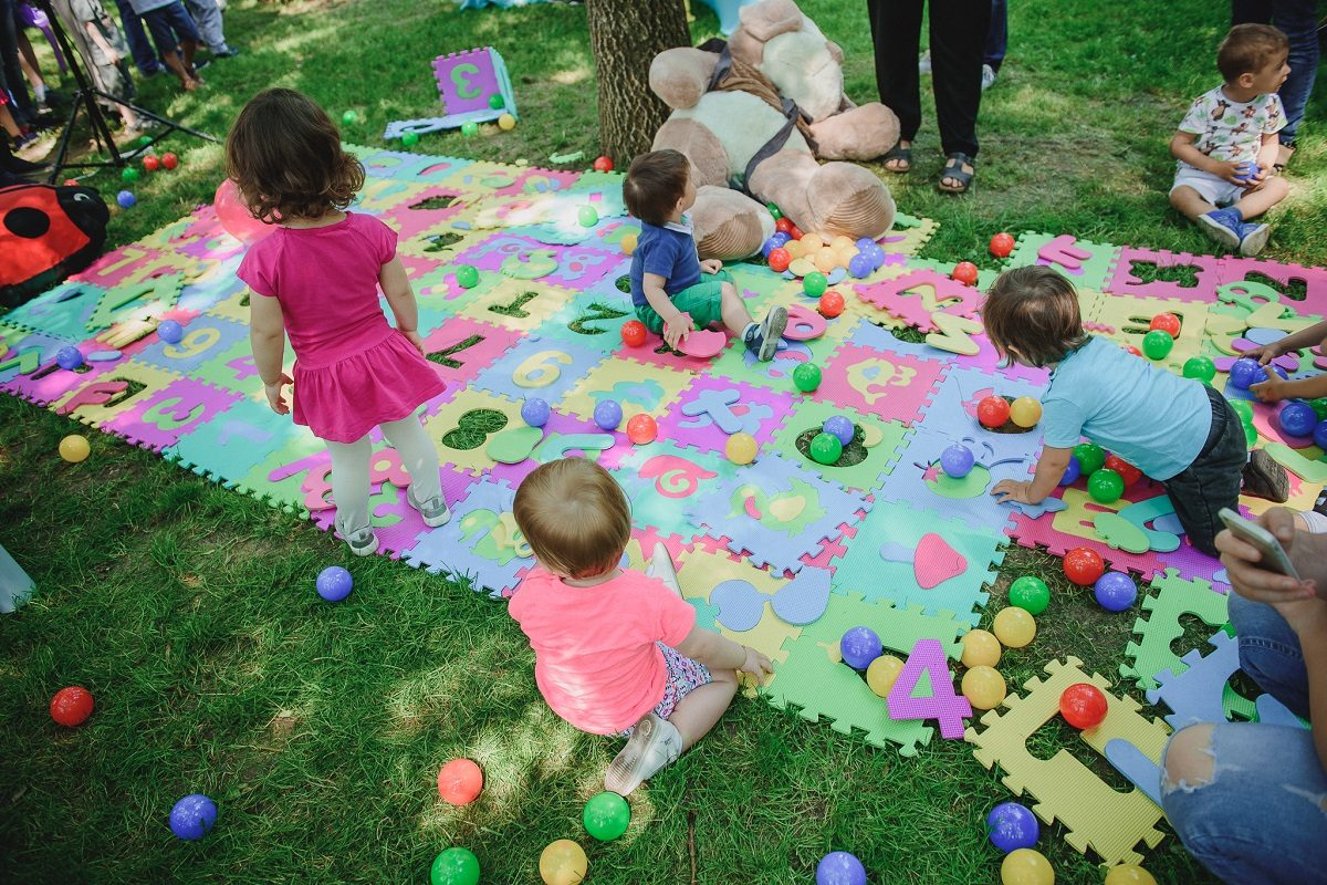 Itsy Bitsy Bebe: Activitati cu lipici, pentru pici, mamici si tatici
