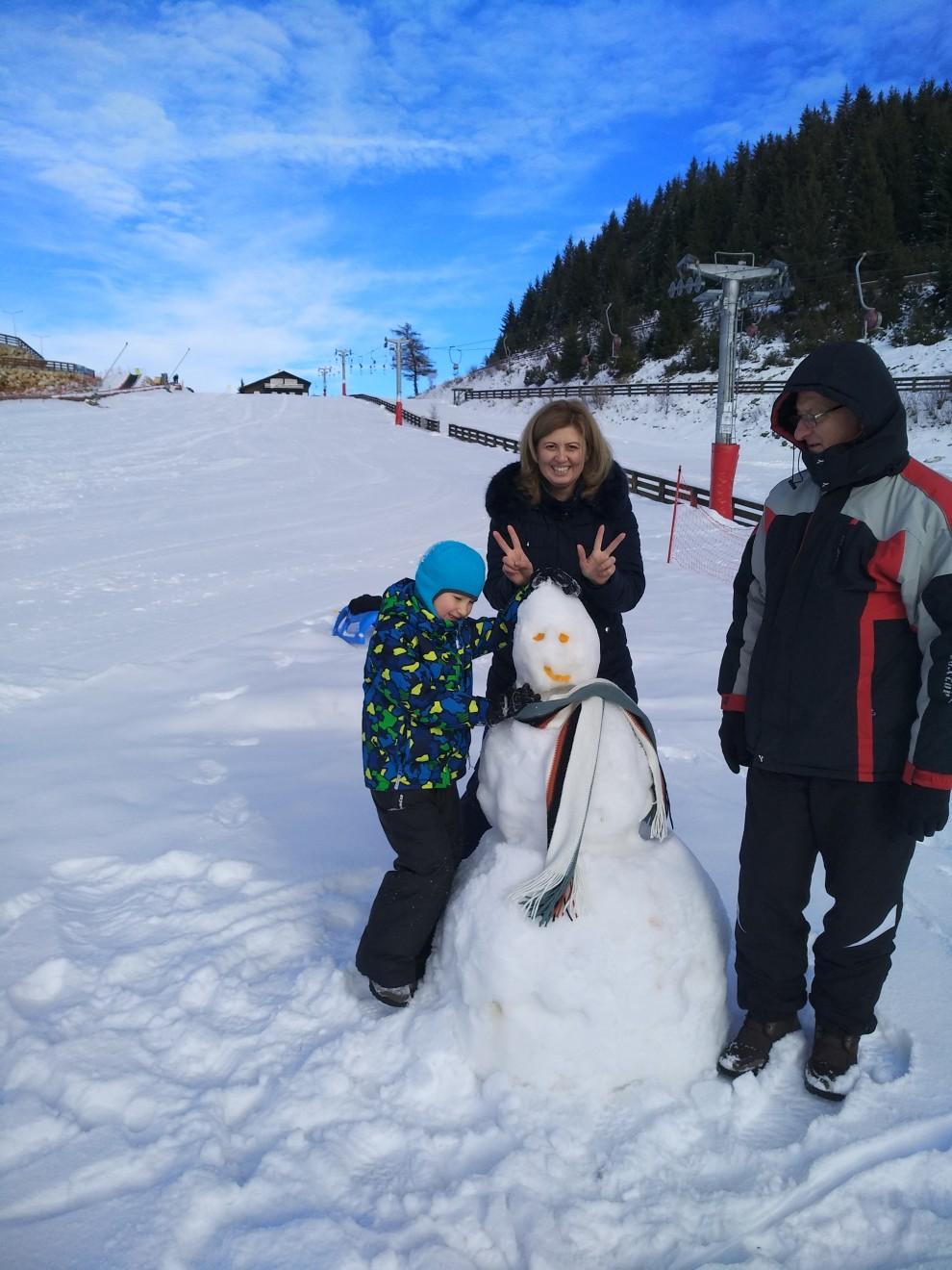 Chelile Gradistei opertiunea Omul de zapada in mijlocul partiei de ski. :)