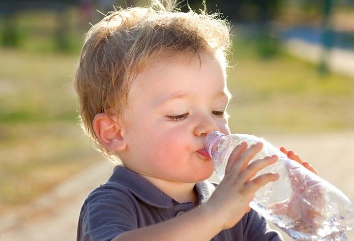 Cum evitam deshidratarea la copii vara