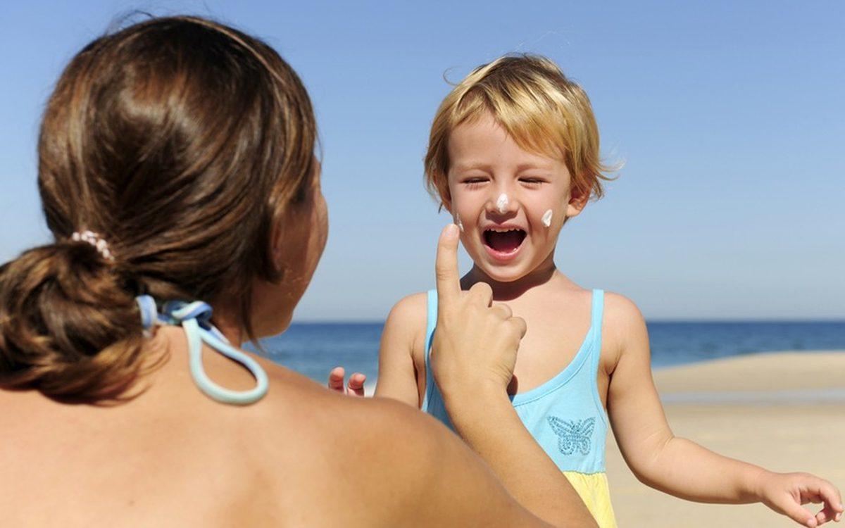 Cum aplici crema de protectie solara pe copii