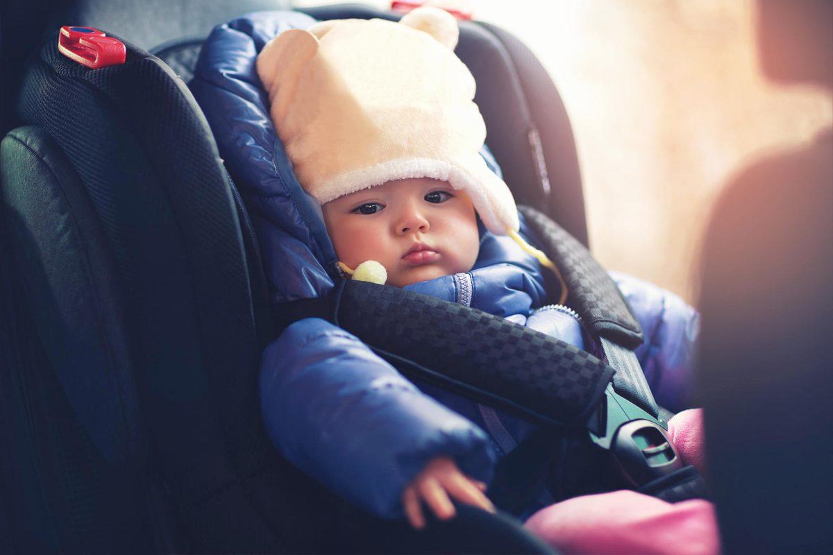 Fara geaca groasa in scaunul auto al copilului!
