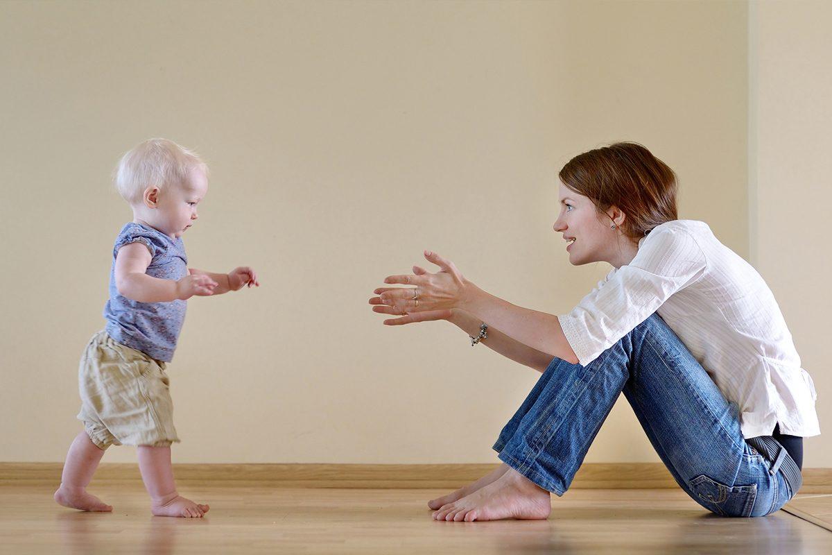 Cand incepe bebe sa mearga singur?