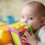 Dezvoltarea bebelusului: Cum ii incurajezi invatarea senzoriala
