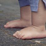 7 motive pentru care sa iti lasi copilul sa mearga descult