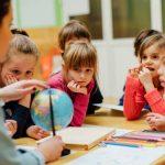 Intre scoala si acasa: Cine este responsabil de educatia copilului?