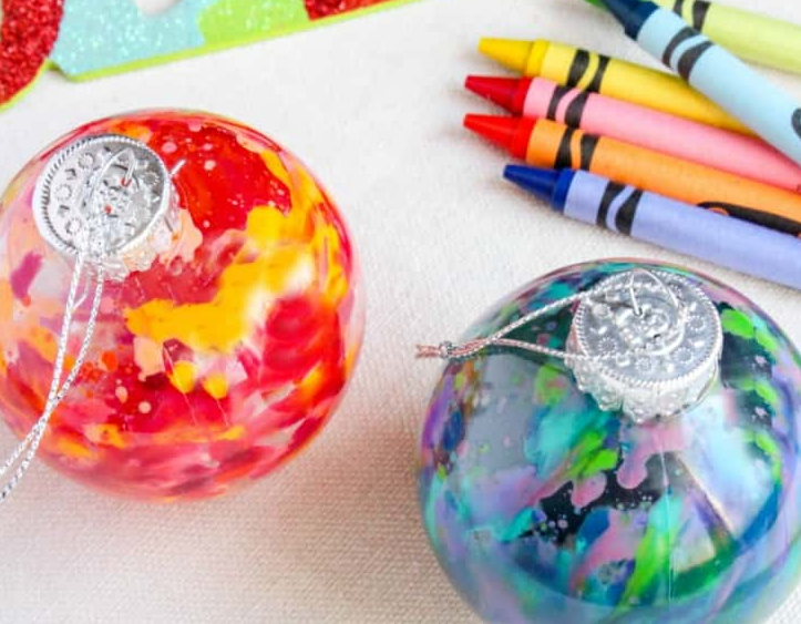 Cum obtii globuri colorate topind creioane cerate
