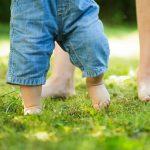 Mersul descult aduce numai beneficii bebelusilor