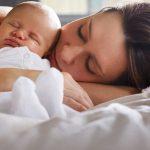 Co-sleeping: Avantajele dormitului cu bebelusul