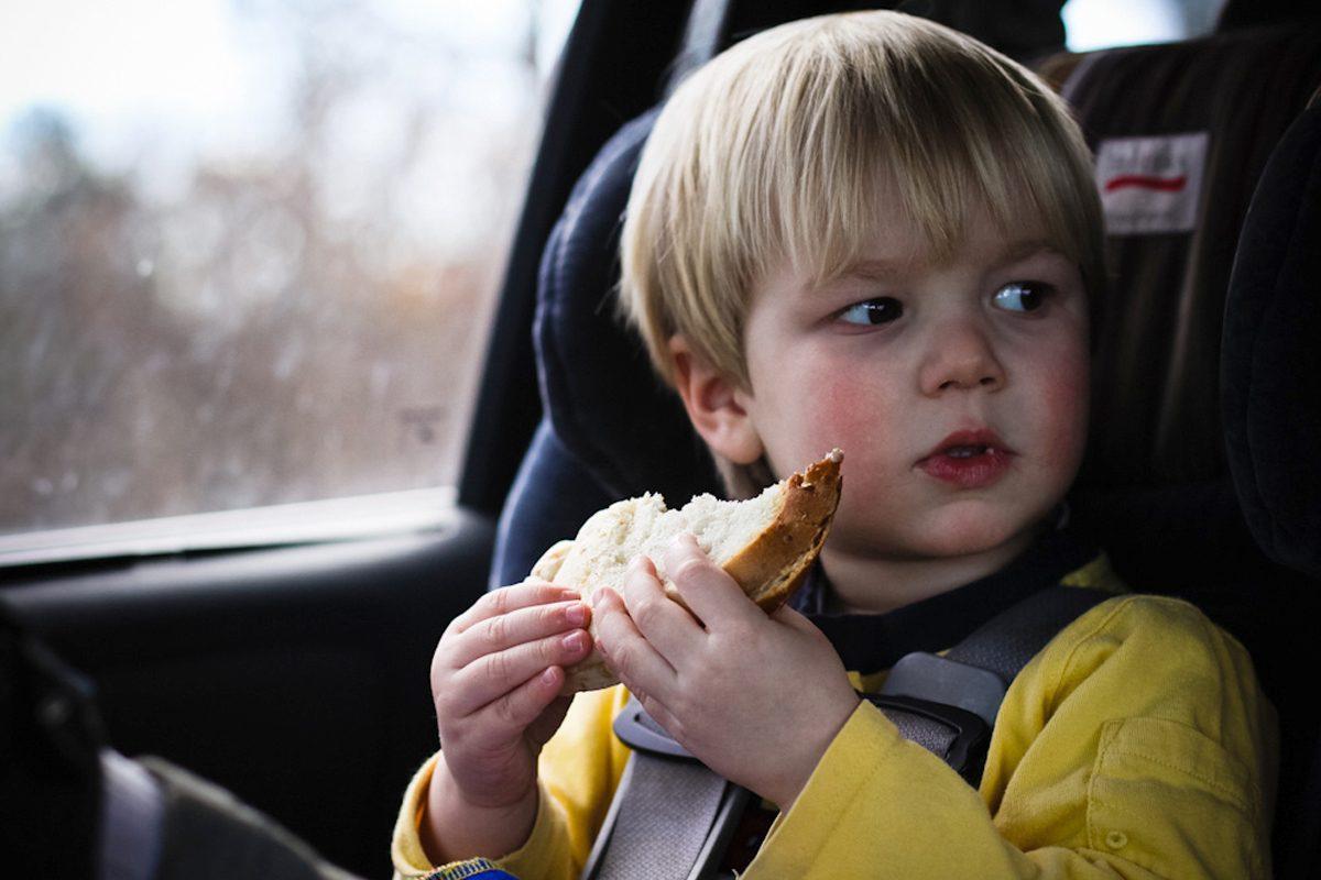 Are voie copilul sa manance in masina?