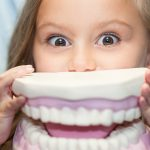 Vizita la dentist inainte de prima zi de scoala